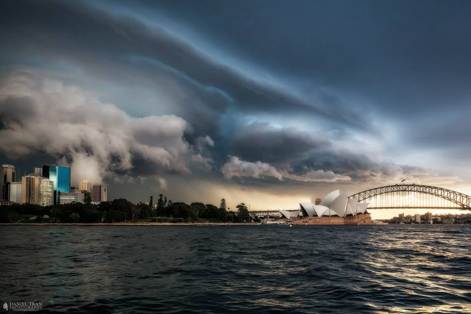 Shelf cloud over Sydney on 25 April 2016