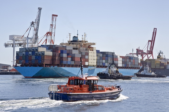 Image: Container ship with tugs
